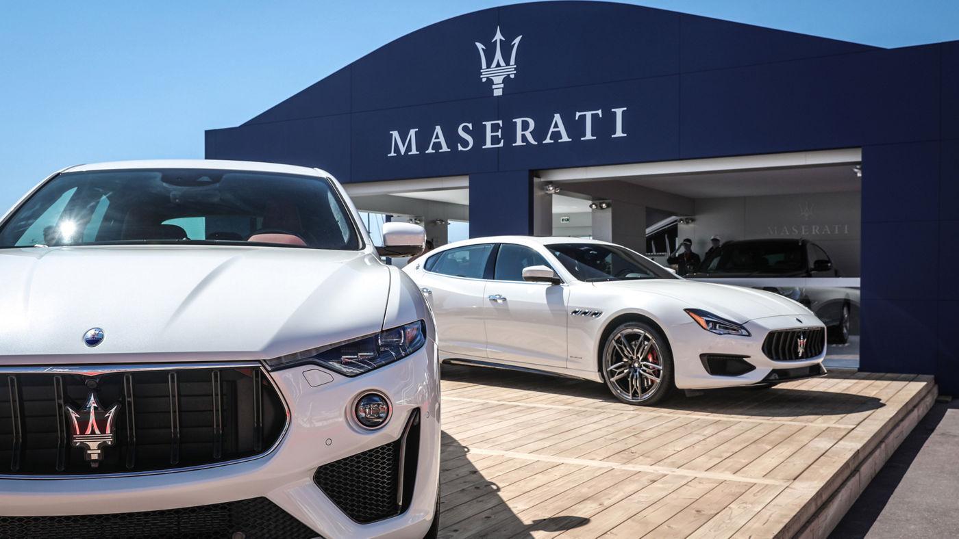 Il SUV Levante e l'ammiraglia Quattroporte MY19 davanti alla Maserati Lounge.