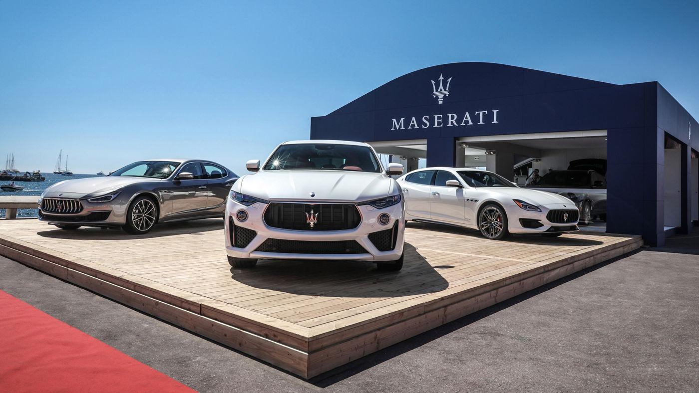 La gamma Maserati MY19 davanti alla Maserati Lounge, lo spazio esclusivo all'interno del Vieux Port