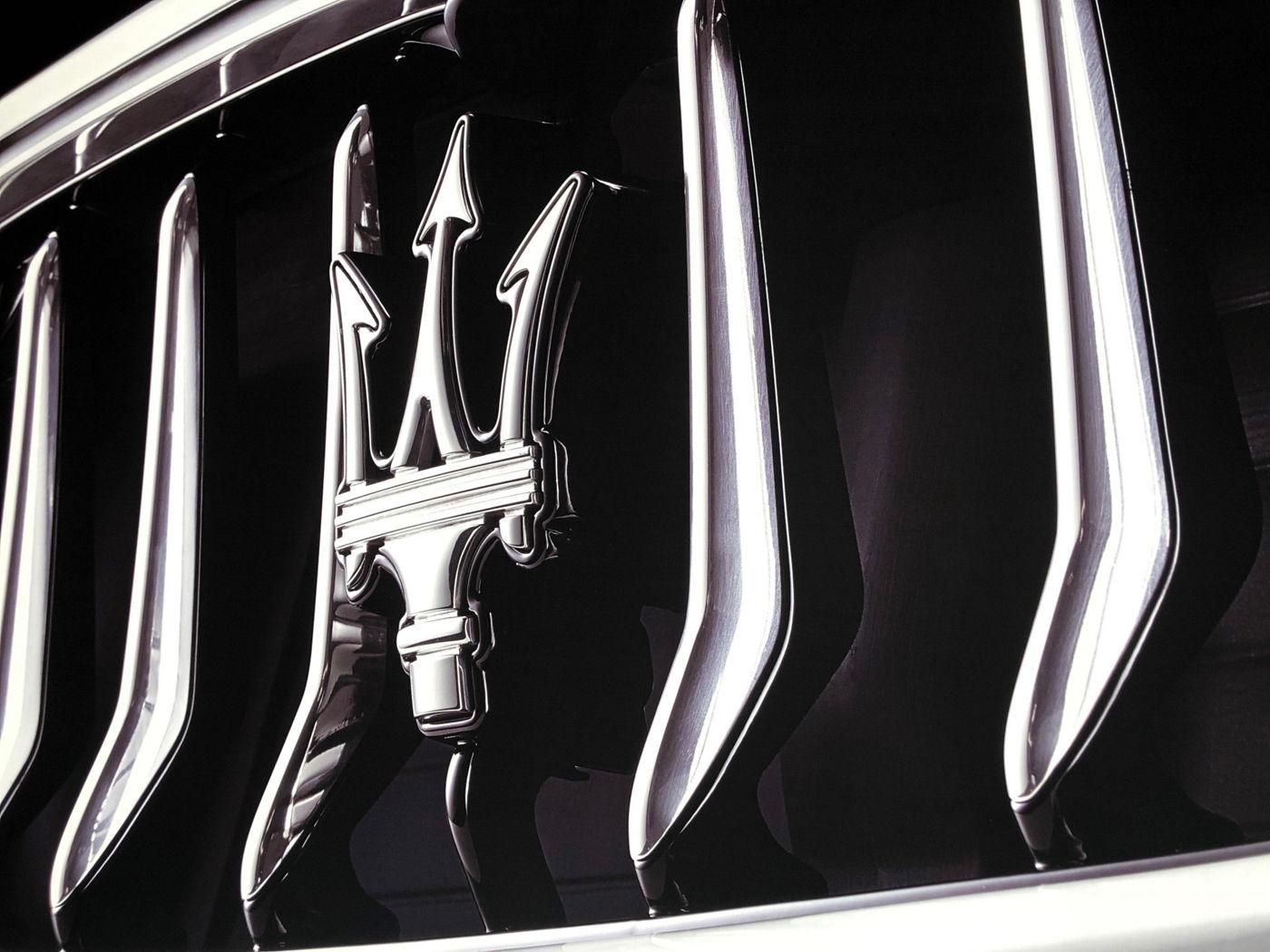 Dettaglio logo del tridente Maserati sulla griglia anteriore
