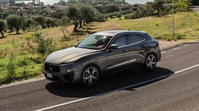 Maserati Levante con motore V8, vista laterale, in corsa su strada di campagna