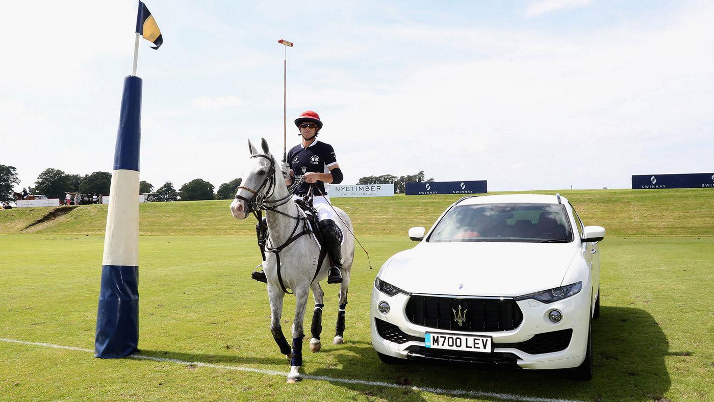 L'ambassador Maserati Malcom Borwick sul suo cavallo da Polo e il SUV Levante