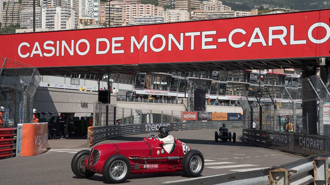 L'auto da corsa d'epoca Maserati 6CM4C sul circuito del GP Storico a Monaco