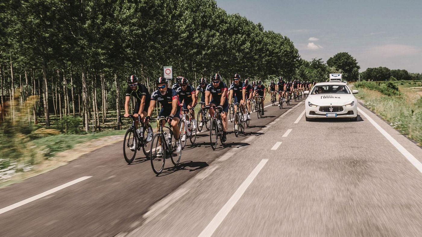 Ciclisti in corsa per il tour Parigi-Modena promosso da Maserati