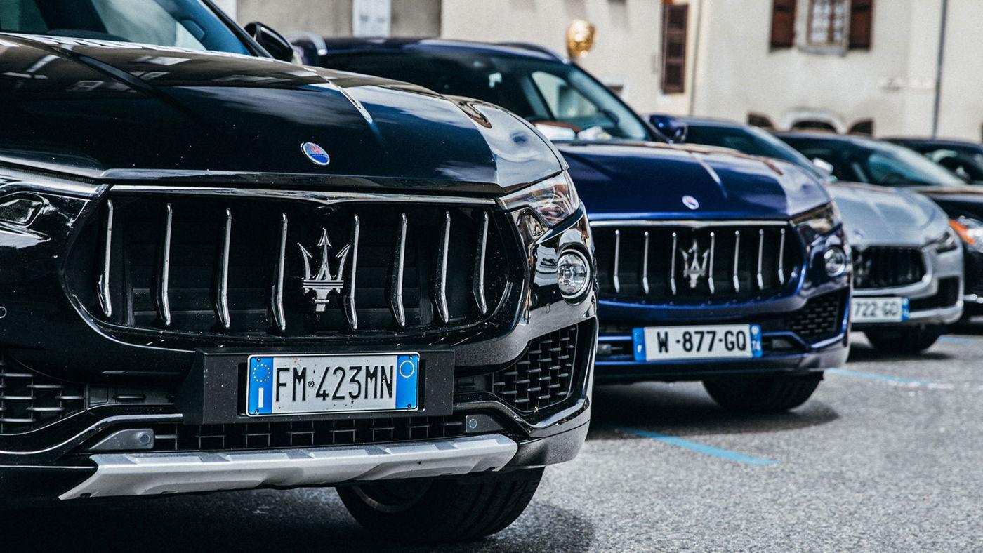 La flotta Maserati fa da sfondo all'evento benefico Parigi-Modena 2018. In primo piano una Levante