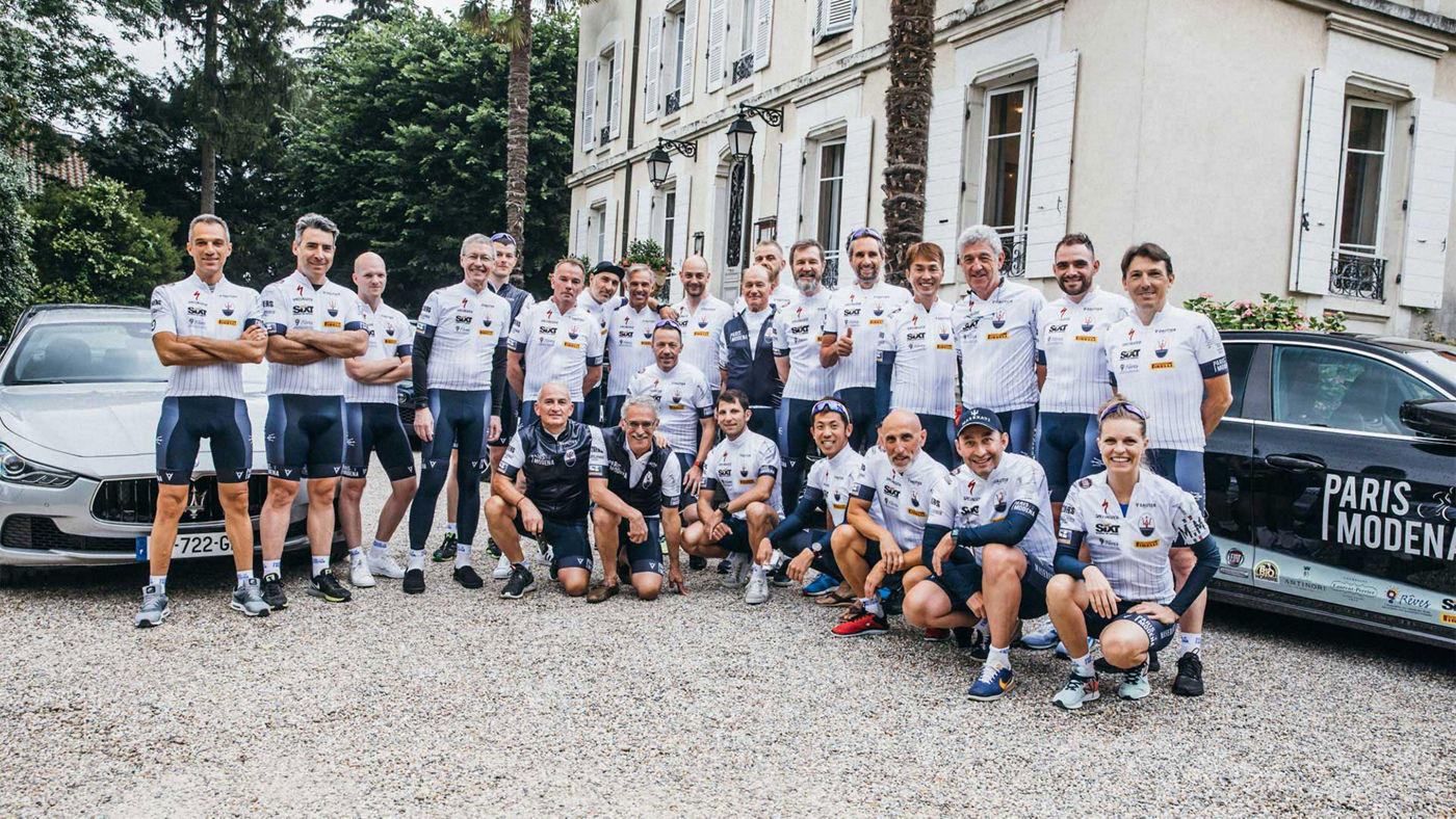 Foto di gruppo dei ciclisti impegnati nel tour di Maserati Parigi-Modena 2018