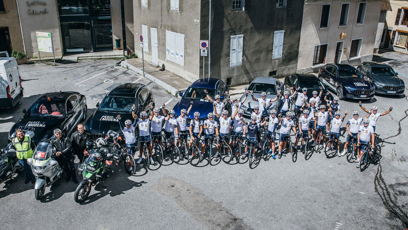 Il gruppo di ciclisti in corsa per la Parigi-Modena 2018