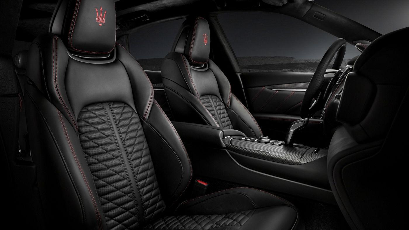 Interni Maserati Levante Trofeo V8, sedili sportivi in pelle nera