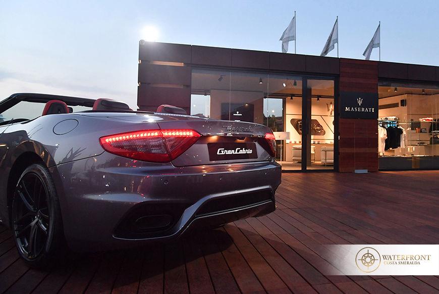 L'ingresso della Maserati Lounge a Waterfront, in Costa Smeralda
