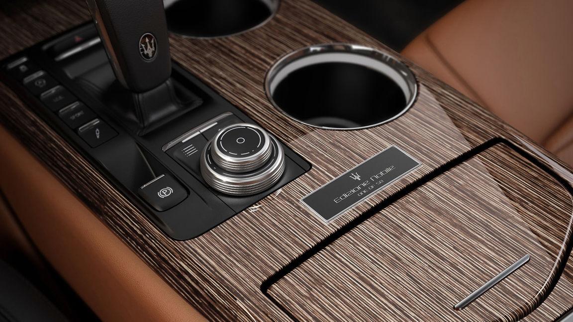 Maserati Quattroporte Edizione Nobile - détail intérieur avec l'insigne dédié «un des cinquante»