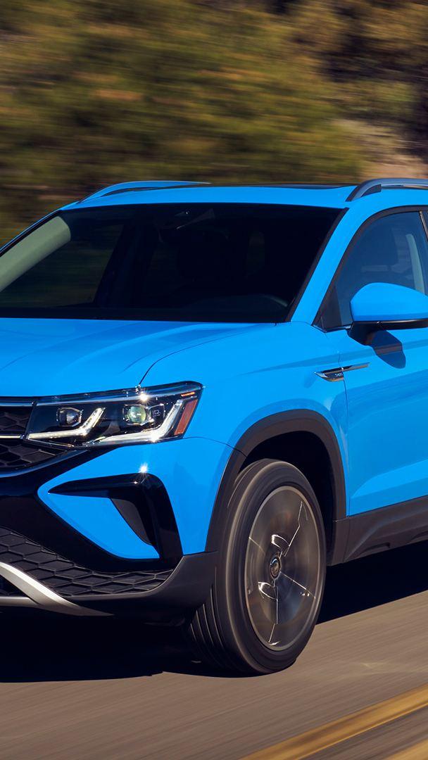 Un Taos 2021 de Volkswagen bleu myosotis sur la route