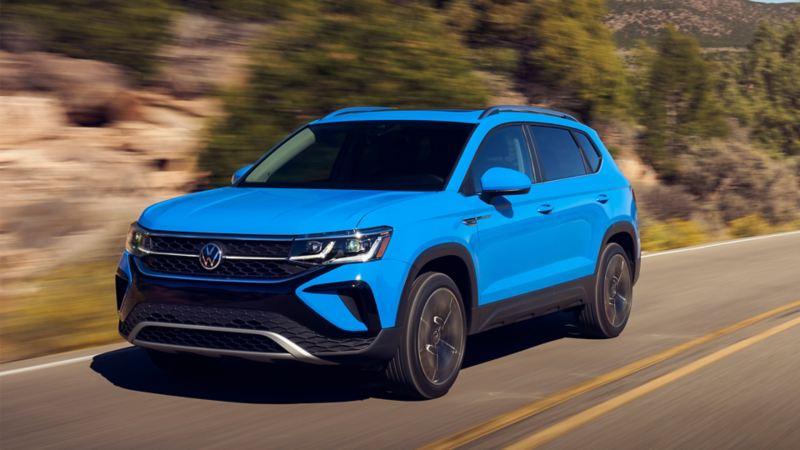 VW Taos 2021 couleur bleuet sur la  route, lien vers l'article Volkswagen Pulse « Présentation du Taos de Volkswagen »