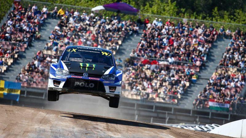 Flygande rallybil framifrån, Johan Kristoffersson, VW