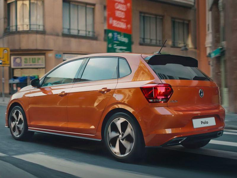 Volkswagen Polo arancione sulla strada