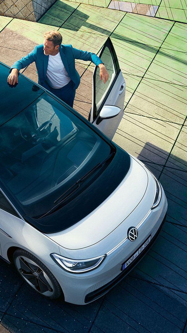 Um homem entra no carro elétrico Volkswagen ID.3