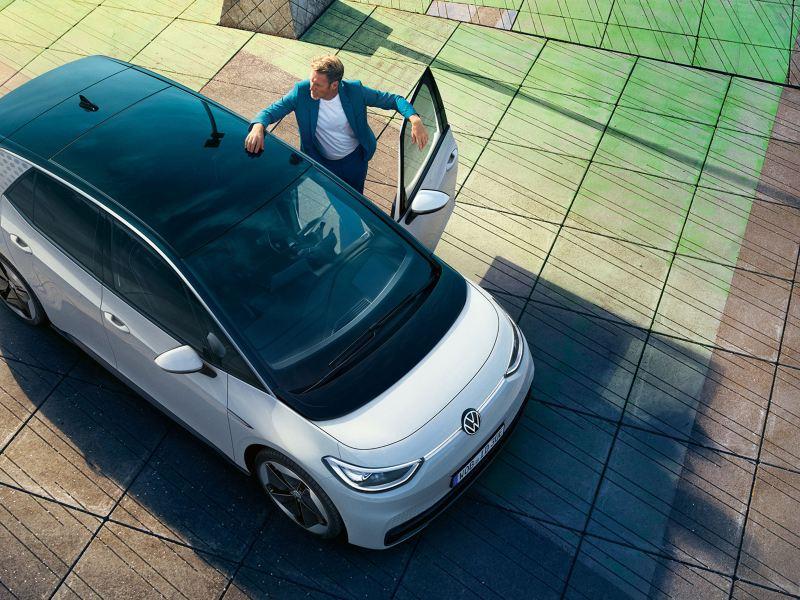 Ein Mann steigt in den Volkswagen ID.3
