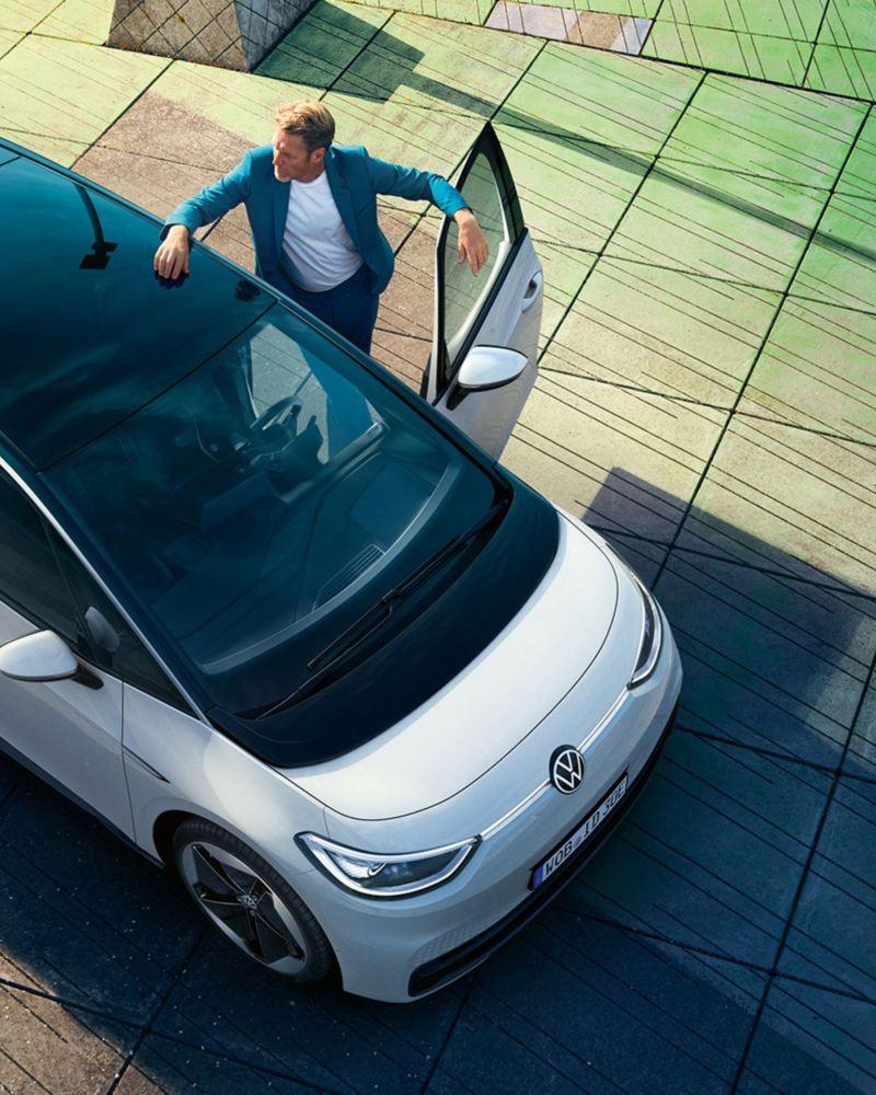 En man kliver in i en Volkswagen ID.3