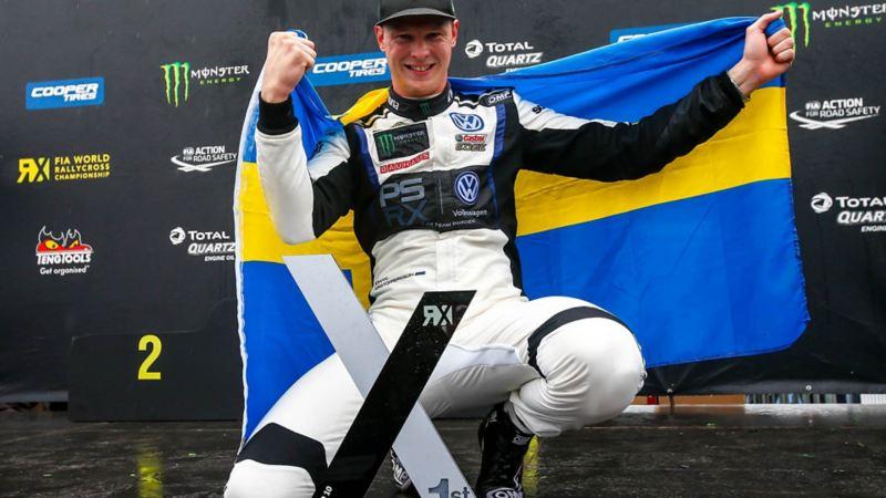 Seger! Johan Kristoffersson insvept i svenska flaggan