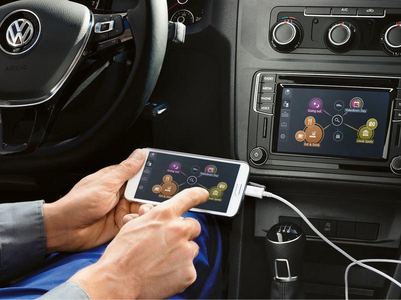 La mobilité du futur est désormais accessible. Les services mobiles en ligne « Car-Net » vous permettent d'optimiser votre véhicule, en le transformant en un centre d'information connecté à Internet. Aujourd'hui, vous pouvez déjà accéder à de nombreux services pratiques « Car-Net Guide & Inform », ainsi qu'aux applications utiles « Car-Net App-Connect ». La gamme d'applications est également en constante évolution.