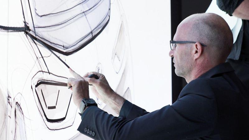 Klaus Bischoff avec des esquisses pour Volkswagen.