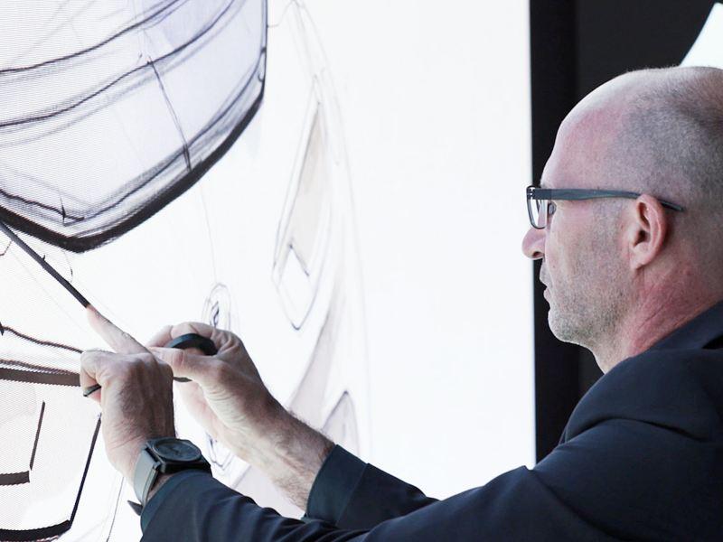 Klaus Bischoff com os designs para a Volkswagen.