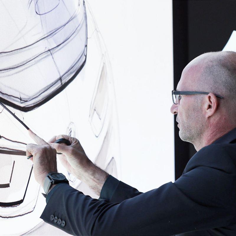 Klaus Bischoff avec des esquisses pour Volkswagen