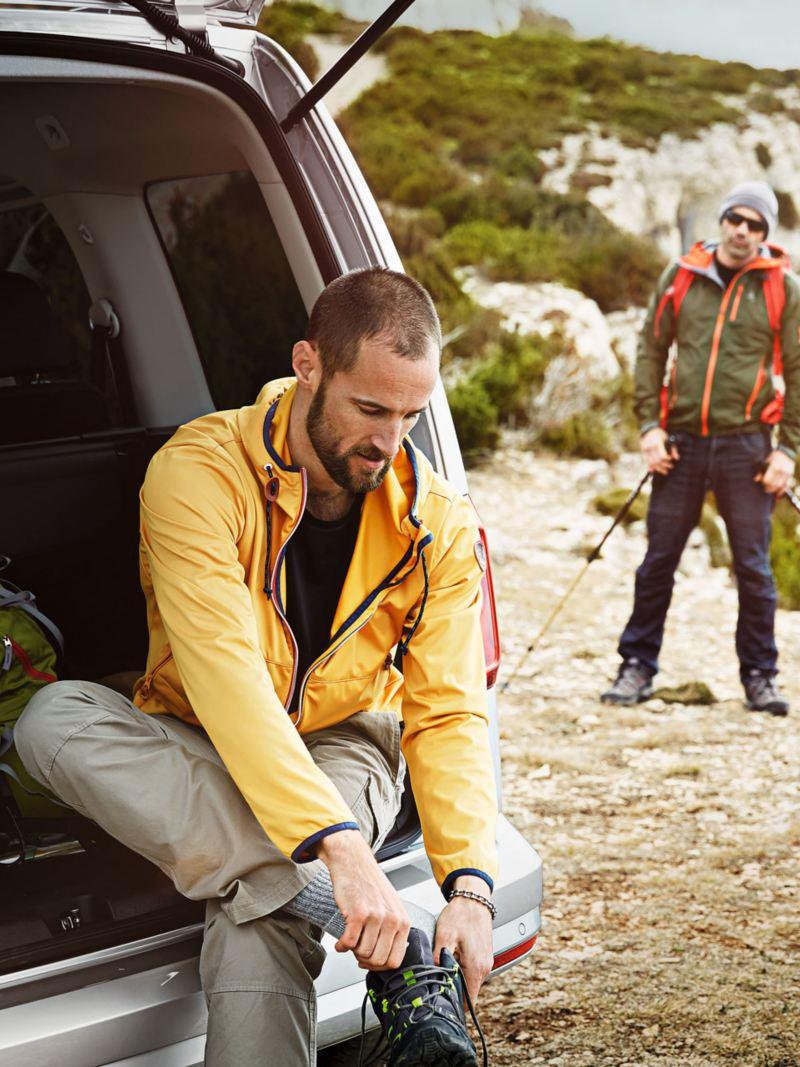 dos hombres de excursion en una caddy outdoor