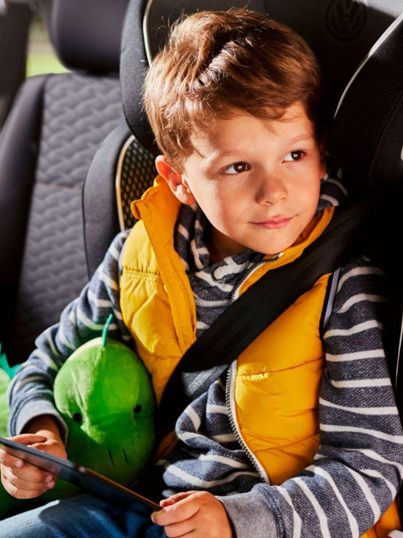 niño en su asiento con el cinturon de seguridad en una caddy