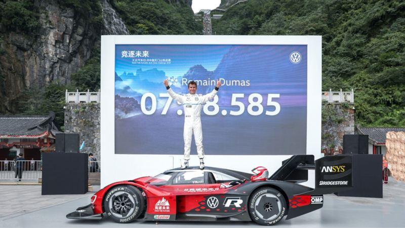 """W 7 minut i 38,585 sekund do chińskiej """"Bramy do Nieba"""": Volkswagen ID.R ustanawia pierwszy rekord wjazdu na górę Tianmen"""