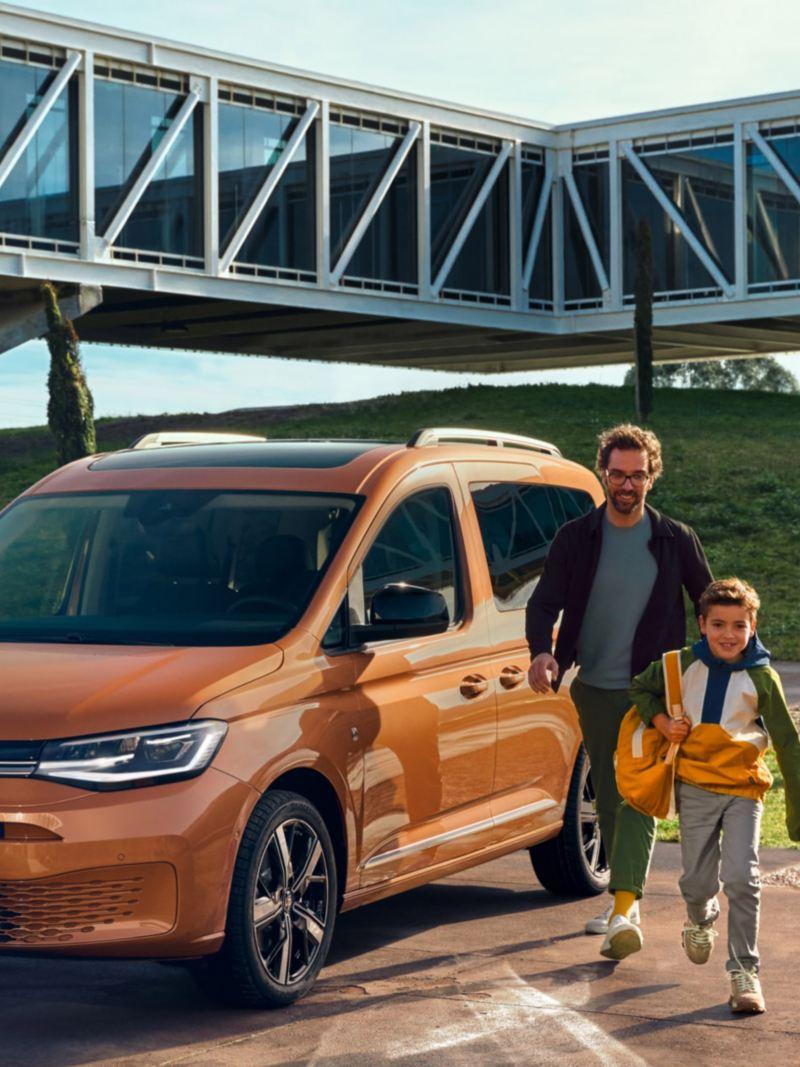 Nye vw Volkswagen Caddy 5 stor familiebil 7-seter digital cockpit infotainment multifunksjonsratt flerbruksbil mor far barn gutt jente ungdom familie