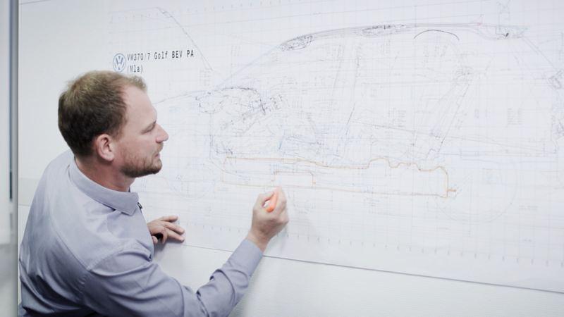 Marco Könnemann desenvolve conceitos de carros elétricos para a Volkswagen.