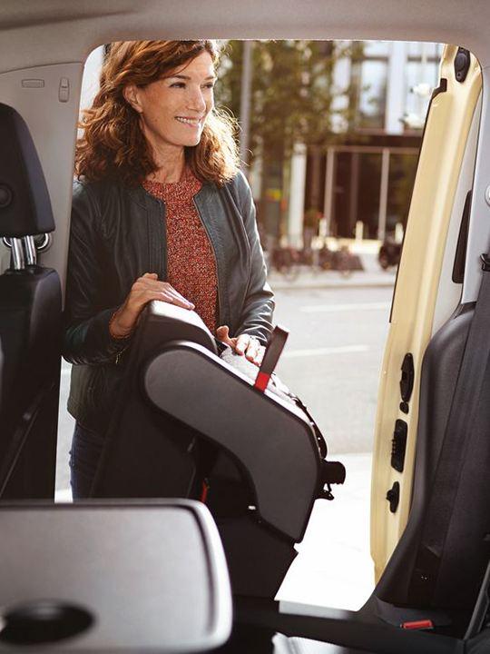 mujer levantando asiento de caddy gnc