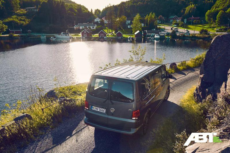 Ein Volkswagen Caravelle an einem Seeweg.