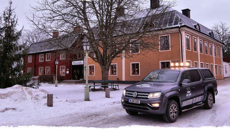 Ein Volkswagen Nutzfahrzeuge Amarok fährt durch eine verschneite Stadt.