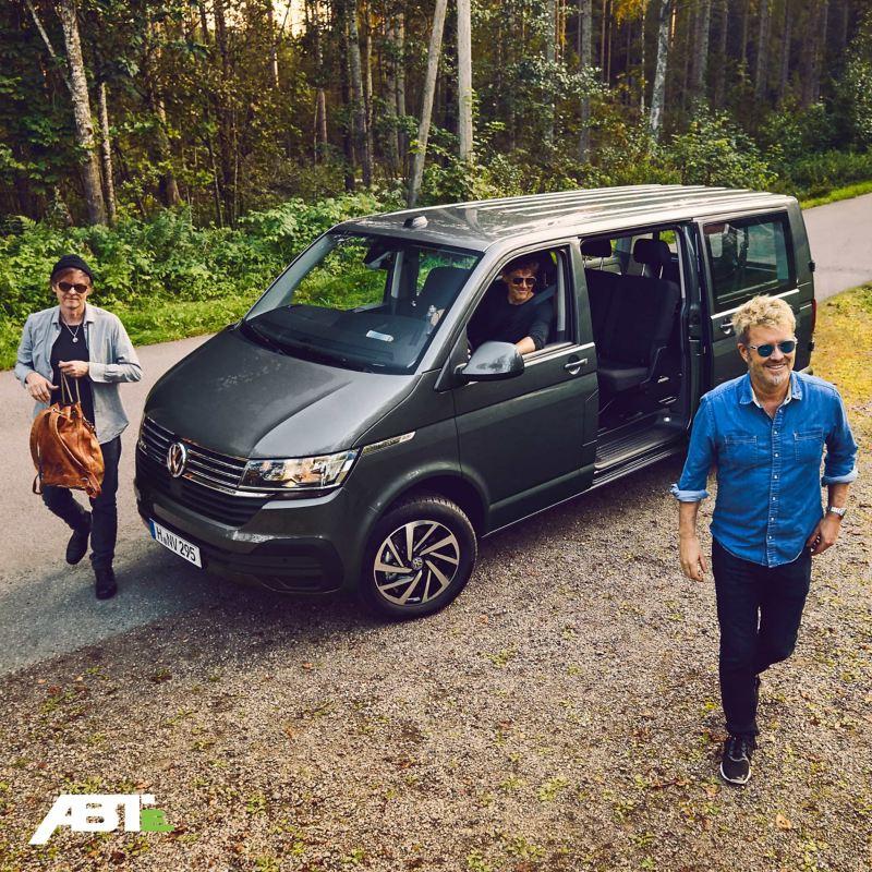 a-ha unterwegs mit einem Volkswagen Nutzfahrzeug.