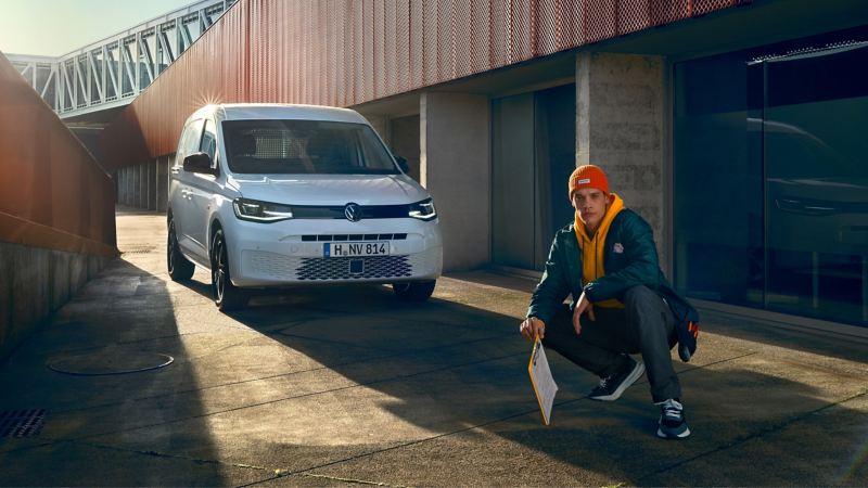 Nuovo Caddy Cargo di Volkswagen parcheggiato, vista frontale di 3/4.