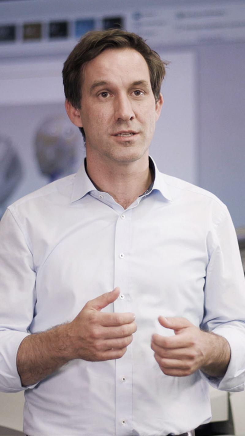 Dr. Gerrit Schmidt geeft een presentatie.