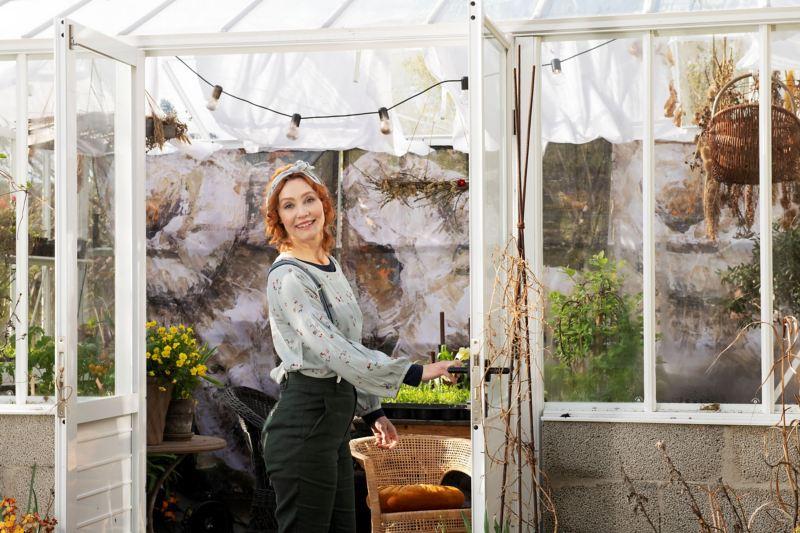 Linda Schilén vid ett växthus