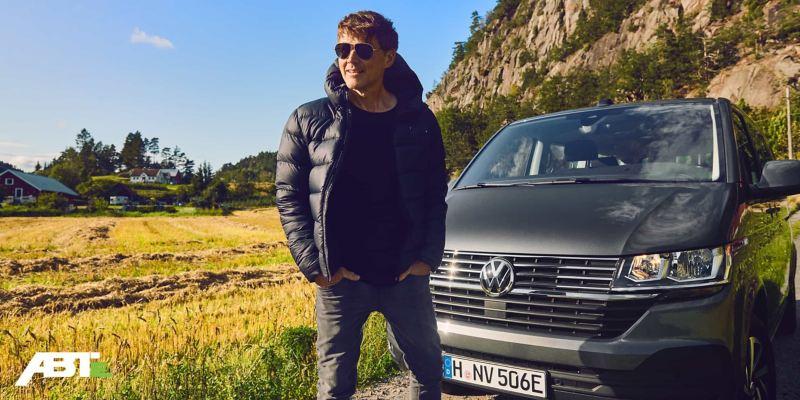 Morten Harket si trova di fronte a un veicolo commerciale Volkswagen.