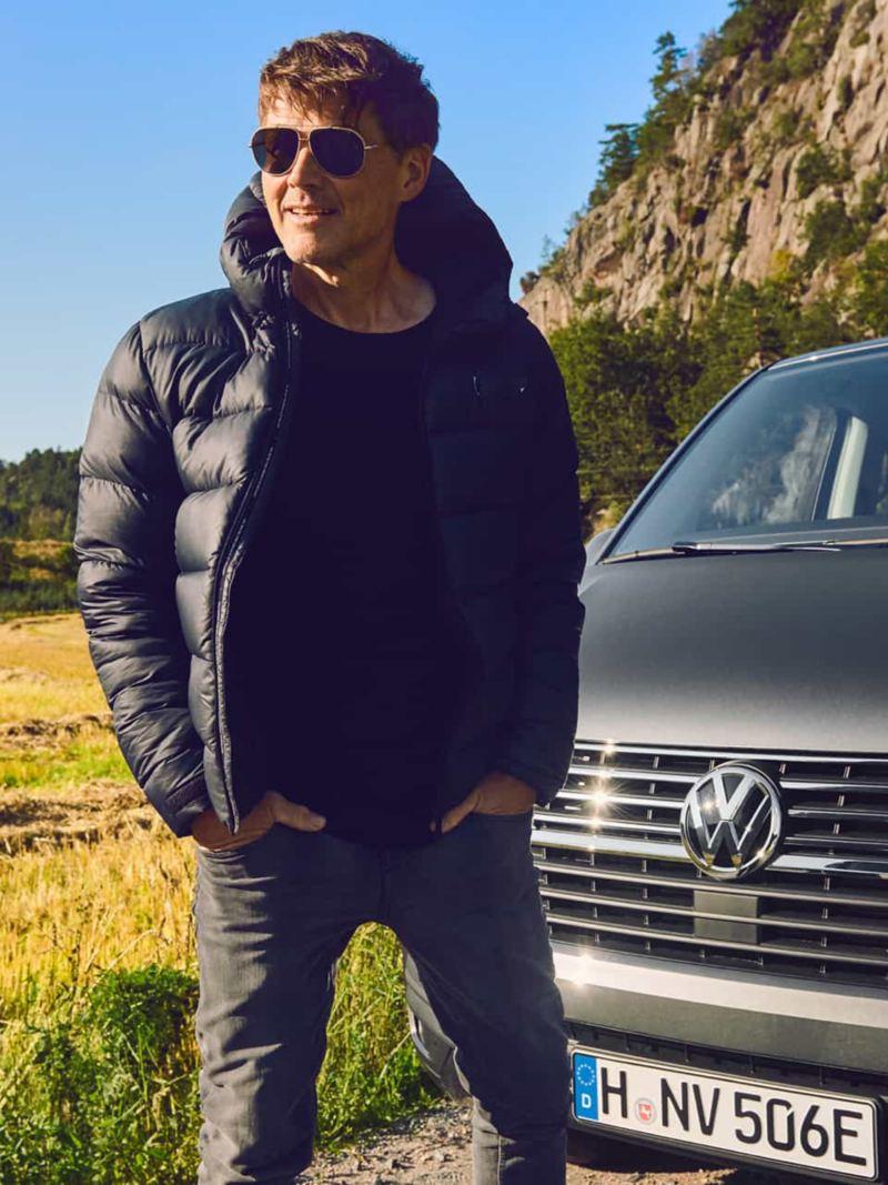 Morten Harket devant un utilitaire Volkswagen