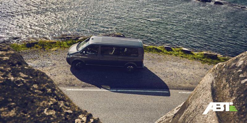 Ein Volkswagen Nutzfahrzeug steht an der Seite einer Straße an einem Cliff.