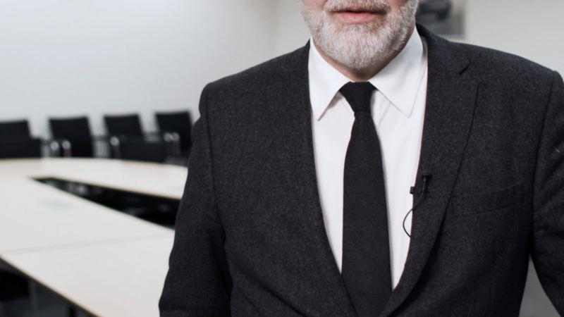 Stefan Langewellpott in einem Konferenzraum.