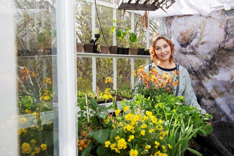 Linda Schilén omgiven av blommor