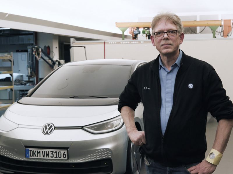 Peter Krause vor einem Auto.