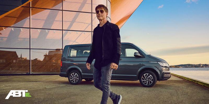 Morten Harket läuft vor einem neuen Volkswagen Nutzfahrzeug.