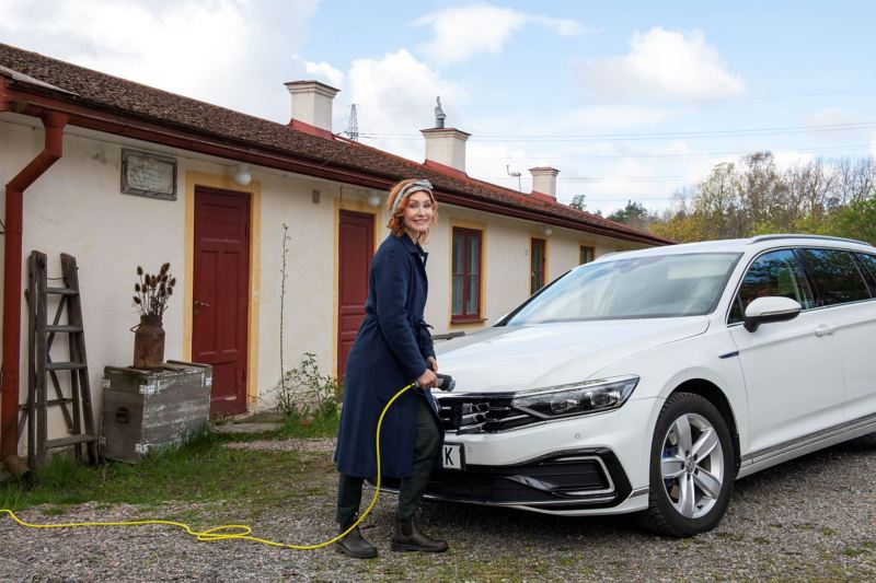 Linda Schilén sätter sin Volkswagen Passat GTE på laddning