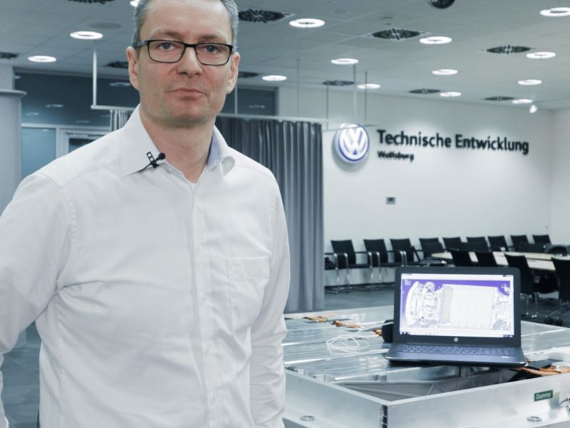 Norman Tenneberg in Wolfsburg bei der technischen Entwicklung