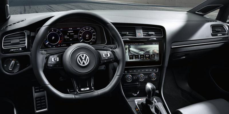 Volante y salpicadero de un Golf R visto desde el interior del vehículo