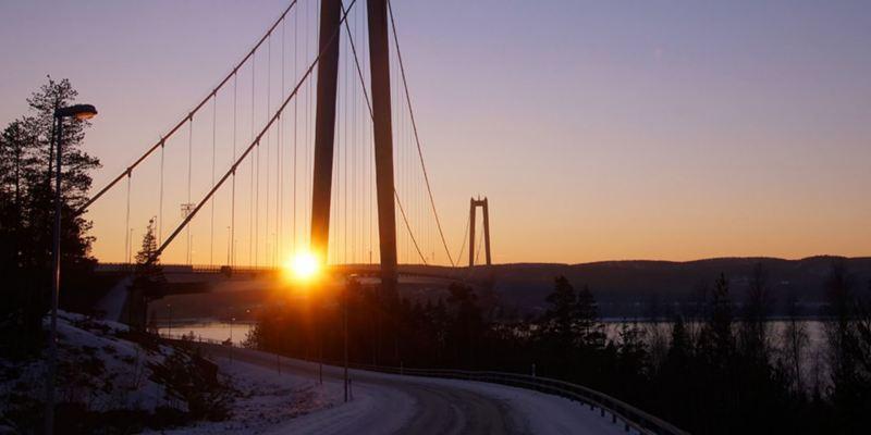 Eine große Autobrücke bei Sonnenuntergang.