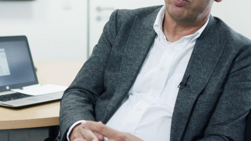 Ernst Glas in seinem Büro.