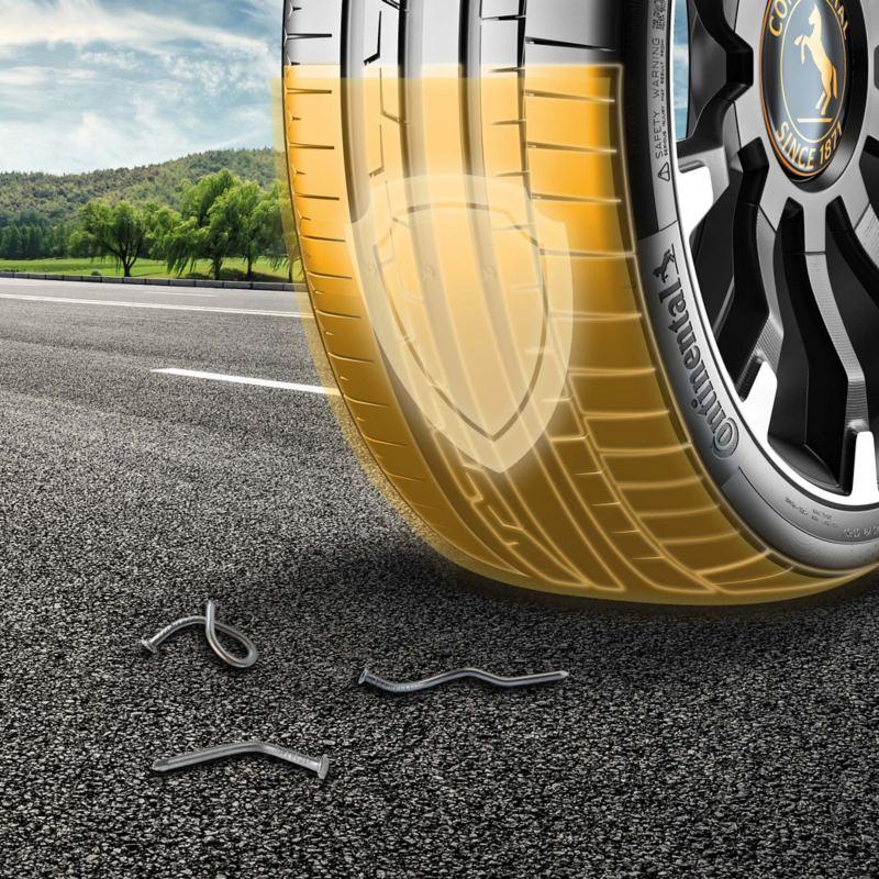 Volkswagen AirStop® - Un neumático Continental con marcas amarillas de goma y un símbolo de escudo protector sobre una carretera - antes figuran tres clavos doblados